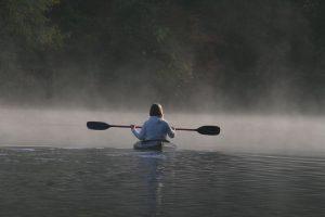 kayak-invierno-mujer-lago