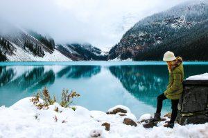 mujer-lago-invierno-kayak